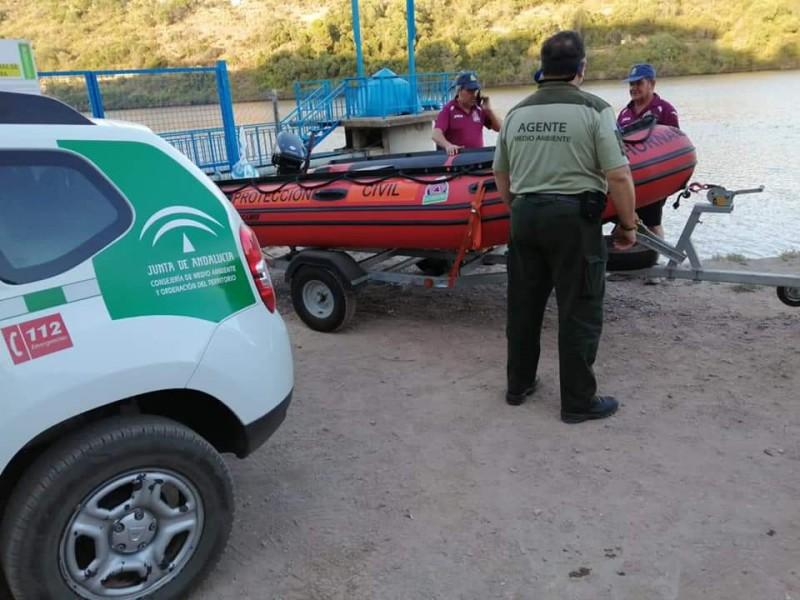 Griffon vulture rescued by kayak in Hornachuelos, Córdoba